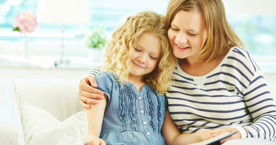 Maman qui lit un livre avec sa fille avec affection