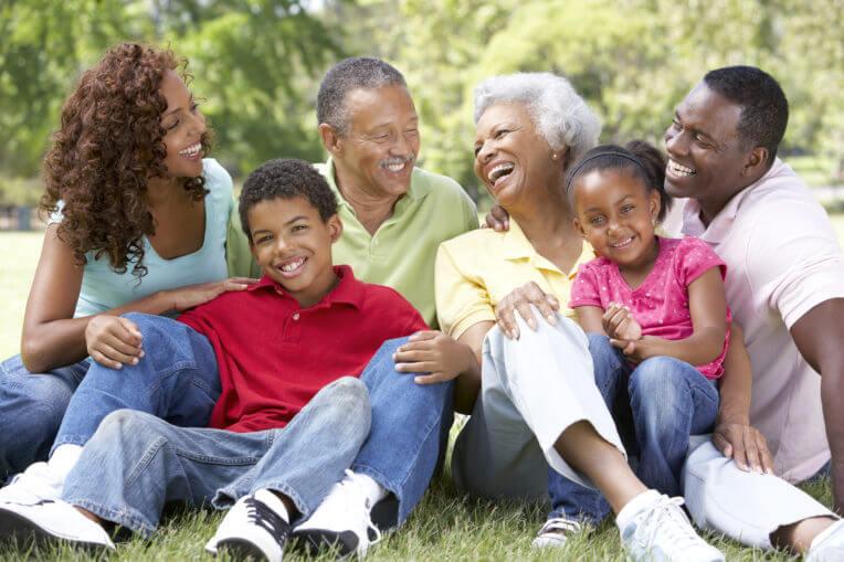 famille intergénérationnelle en nature