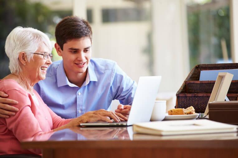 Grand-mère avec petit-fils à l'ordinateur